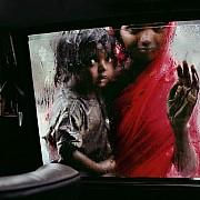 I vetri bagnati rendono l'idea della pioggia