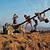 steve mc curry bambini giocano con vecchio carro armato vicino beirut libano1982