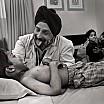 steve mc curry bambino sikh con dottore ospedale delhi india 2008