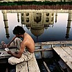 steve mc curry uomo che gioca a carte agra india 1999