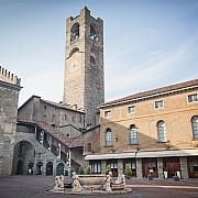 palazzo podesta visto da piazza vecchia bergamo alta