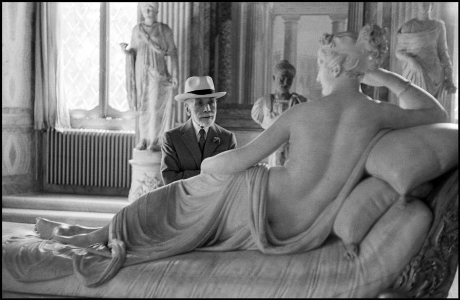 Bernard Berenson di fronte a Paolina Borghese. Roma, Galleria Borghese, 1955