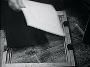 Montaggio del telaio di stampa con negativo e carta sensibile