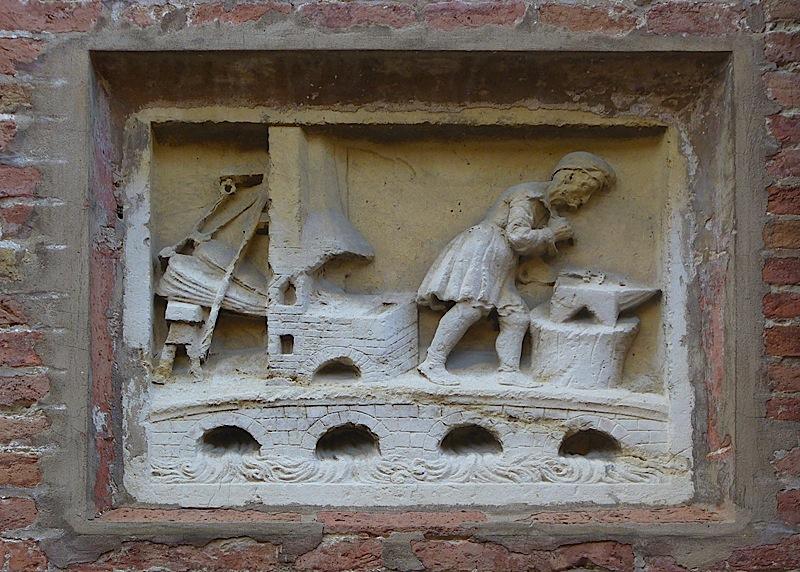 Fabbro al lavoro, rappresentato nello stemma della città di Fabriano - bassorilievo murato
