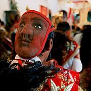 ande uomo in preghiera con maschera in testa qoyllur ritti peru 2004