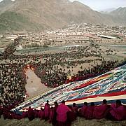 enorme thangka monastero labrang monlam festa grande preghiera capodanno tibetano tansu cina 1989