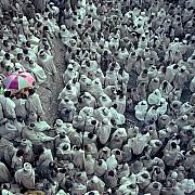 etiopia pellegrini ascoltano sermone cortile chiesa rupestre lalibela etiopia 1982