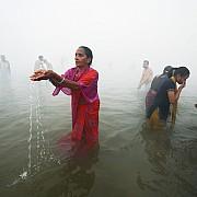 gange bagno sacro nebbia mattutina allahabad india 2007