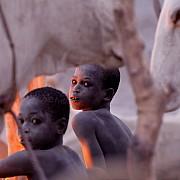nilo ragazzi all alba si scaldano con brace di sterco di mucche jonglei sudan sud 2013