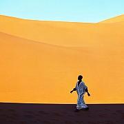 sahara ragazzo attraversa valle dune kerzaz algeria 1972