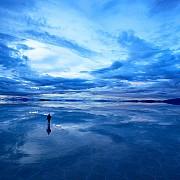 salar de uyuni piu grande deserto di sale del mondo con acqua specchia cielo bolivia 2011
