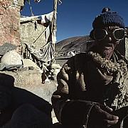 viandante pellegrinaggio monte kailash con ruota di preghiera tibet cina 1990