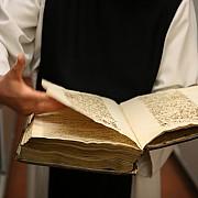 Consultazione manoscritto testi spirituali nella biblioteca dell'Abbazia - Copyright Manaf.Altin
