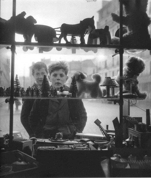 robert doisneau bambini giochi in vetrina parigi