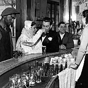 robert doisneau cafe noir et blanc joinville le pont 1948