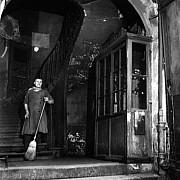 robert doisneau concierge au balai 1946