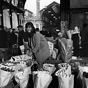 robert doisneau la marchande de fleurs les halles 1968