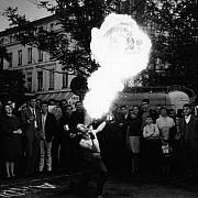 robert doisneau le cracheur de feu paris 1965
