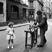 robert doisneau le menuisier de la rue saint louis en l isle paris 1947