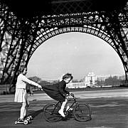 robert doisneau le remorqueur du champs de mars paris 1943