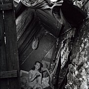 robert doisneau madame titine campe sur le quai de l arsenal paris 1950