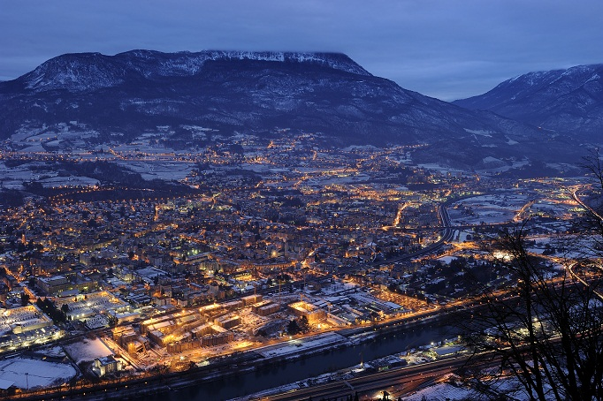Trento di notte. L'area del MuSe in primo piano