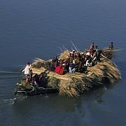 yann arthus bertrand piroga fiume jamuna brahmaputra gaibandha bangladesh
