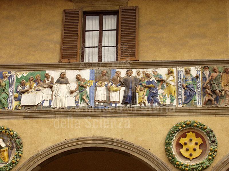 Fregio policromo robbiano sull'antica facciata dello Spedale del Ceppo, terracotta invetriata, Santi Buglioni, 1526-28, Pistoia