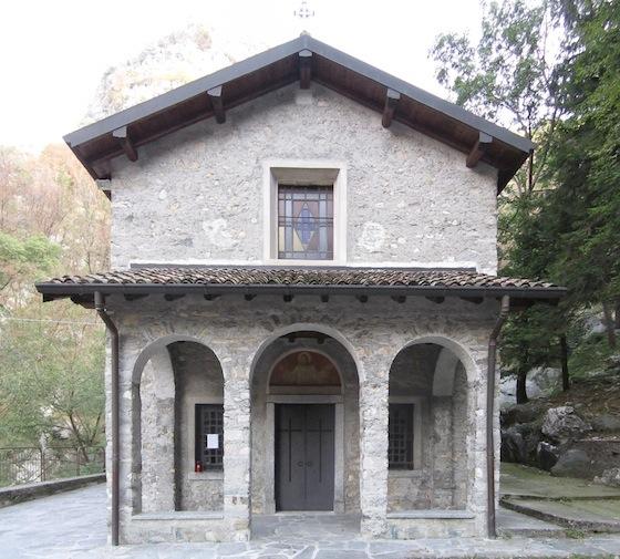 Montaggio della facciata completa della chiesetta