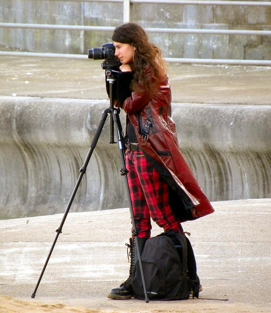 Ragazza fotografa con treppiede