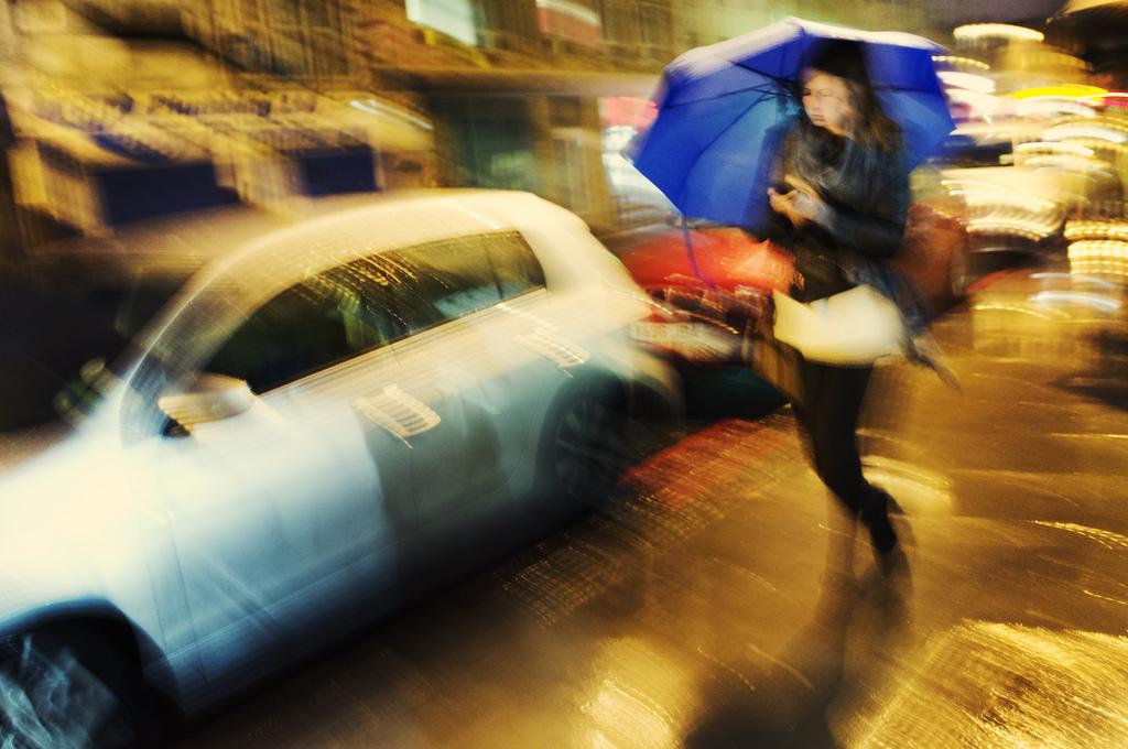 Ragazza mossa con ombrello blu