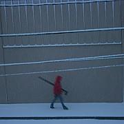 fotografo cammina fra pioggia e neve con treppiede portland oregon