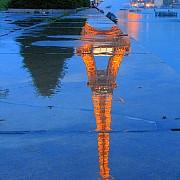 torre eiffel illuminata sera riflessi pioggia