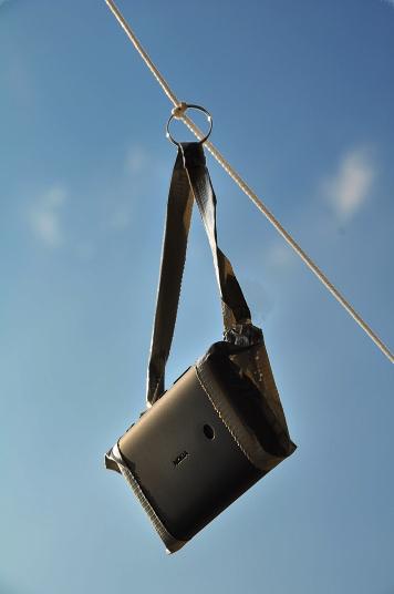 Telefono cellulare dotato di fotocamera appeso al cavo dell'aquilone con del nastro adesivo
