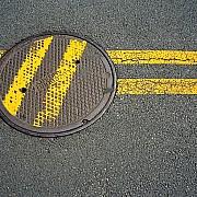 linee gialle strada asfalto