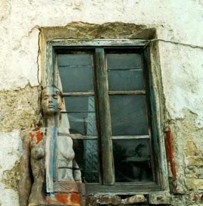La modella Veruschka dipinta in modo da scomparire nella finestra