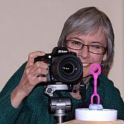 Jane con la sua macchina fotografica e il bastoncino per le bolle di sapone