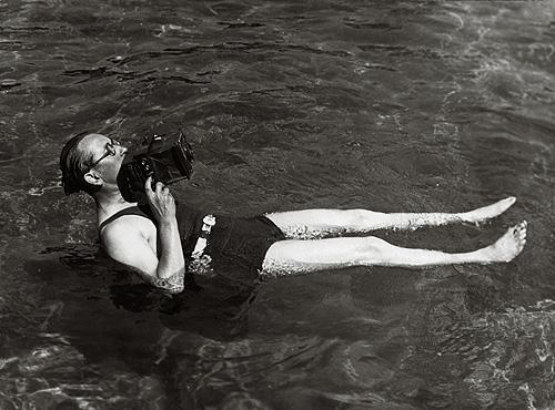 Martin Munkacsi a bagno mentre fotografa per Harper's Bazaar