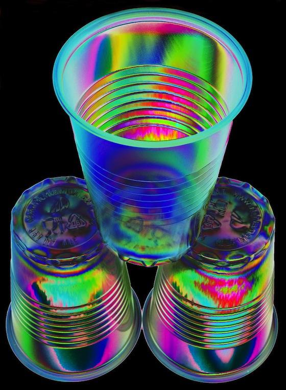 Bicchieri di plastica in luce polarizzata