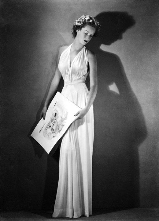Marella Caracciolo di Castagneto, poi moglie di Gianni Agnelli, indossa un abito di Federico Forquet per Vogue, 1945-1946