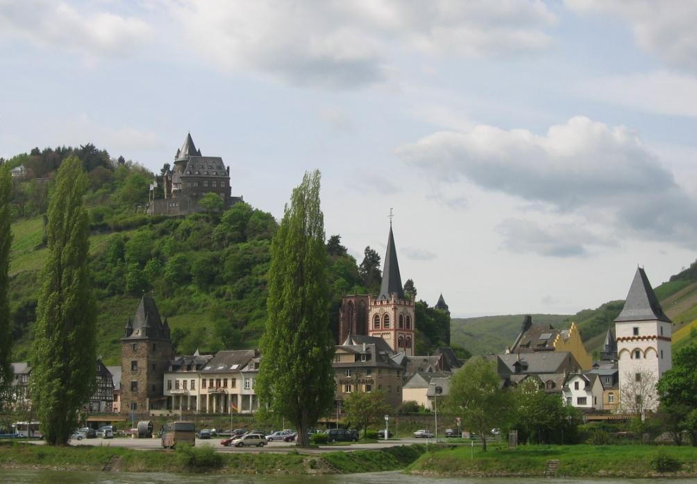 La cittadina di Bacharach con il castello che ospita l'ostello della gioventù
