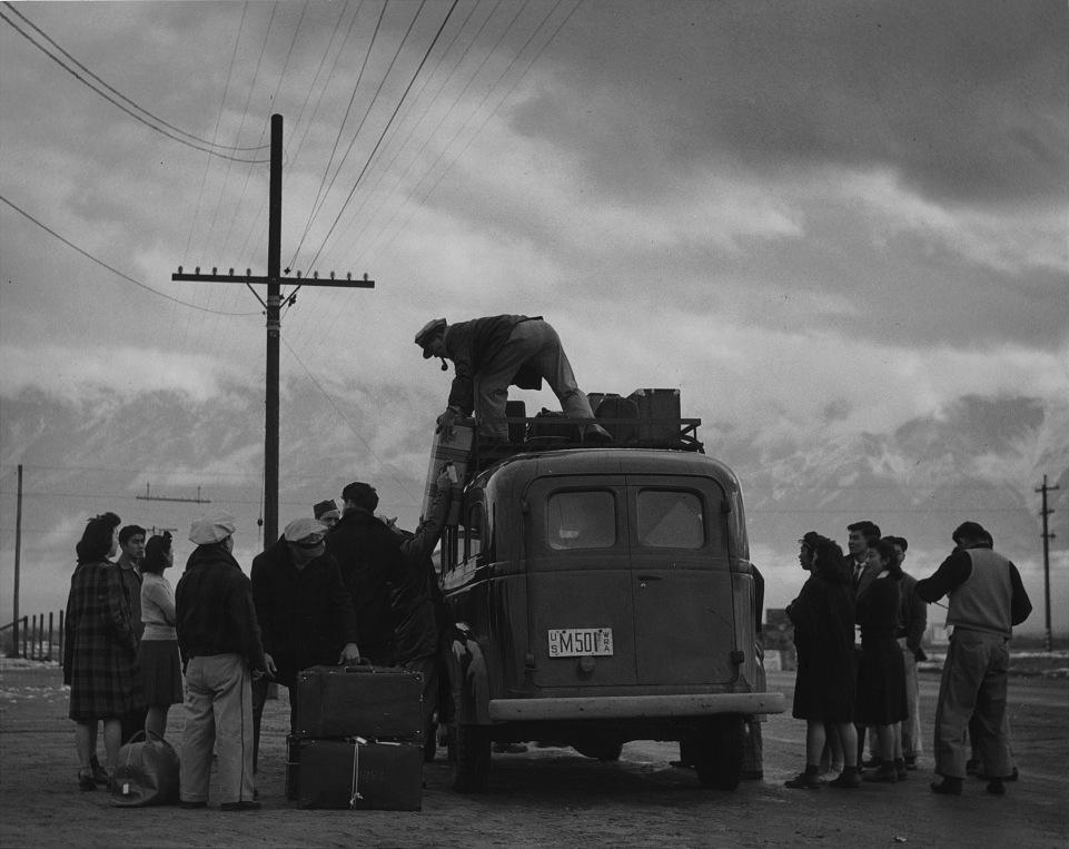 Alcuni prigionieri lasciano il campo per altre destinazioni