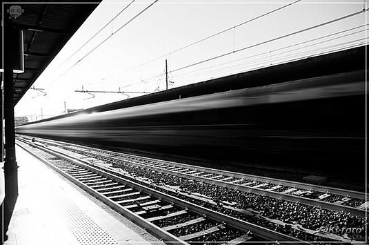 Treno in corsa alla stazione di Bologna